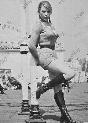 Bnw Photo 1970er Fotoreproduktion Vintage Foto Hübsche junge Frau