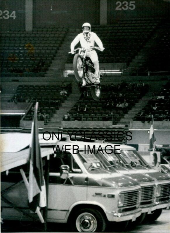 DAREDEVIL EVEL KNIEVEL HARLEY DAVIDSON XR-750 MOTORCYCLE STADIUM JUMP 8X10 PHOTO