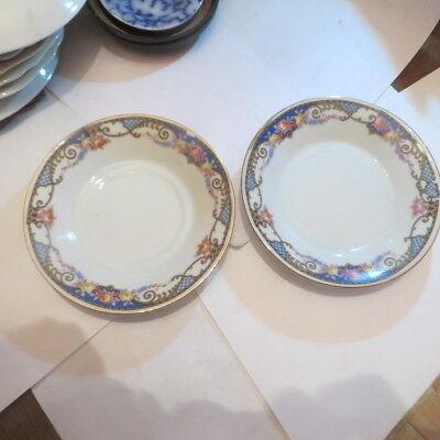 2 petites assiettes avec liseré or et bordure de fleurs – 1 petit éclat