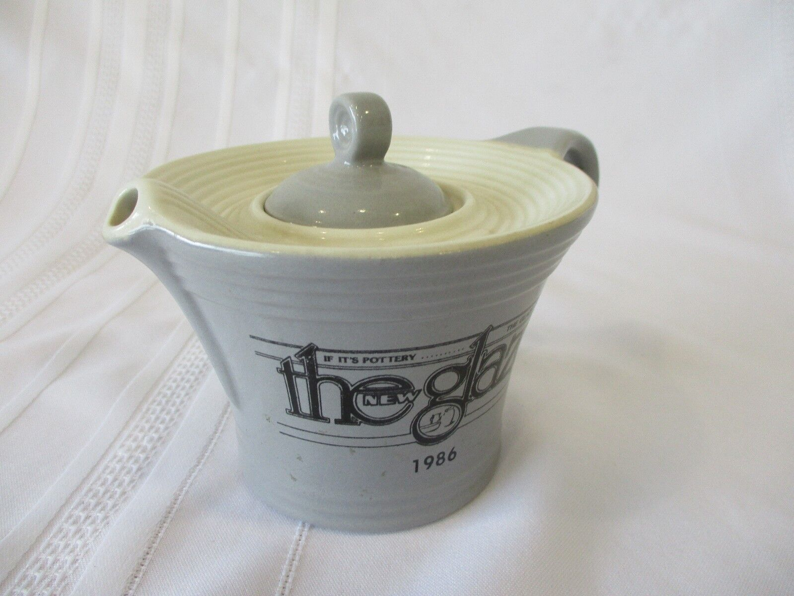 VINTAGE HALL CHINA BABY MELODY 2 CUP TEAPOT GRAY/WHITE THE GLAZE 1986