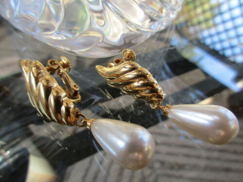 Vintage Napier Signed Goldtone Tear Drop Pearl Dangle Clip On Earrings