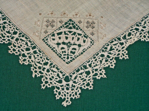 EXQUISITE ANTIQUE BOBBIN LACE TRIMMED LINEN TABLE TOPPER, DOILY, EX. COND. c1920