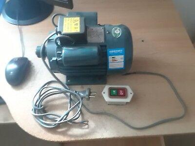 Elektromotor 0,75 kW 1400 U/min IE2 Volt 250/450 mit schalter und Riemenscheibe