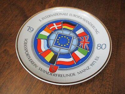 "VTG GERMAN KAHLA 1980 INTER. EUROPA-WANDERUNG GOLD TRIMMED 7 1/2"" D.  FLAG PLATE"