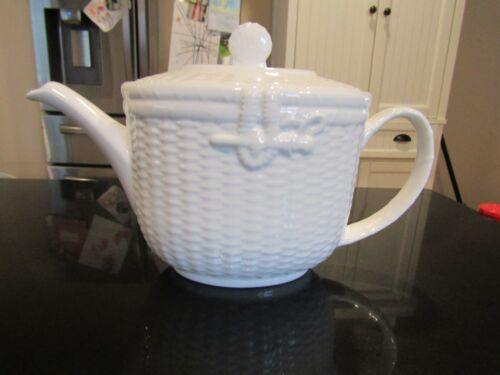 VERY LOVELY~4 CUP WEDGWOOD TEAPOT WITH LID~ NANTUCKET
