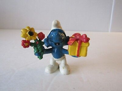 1978 SCHLEICH PEYO THE SMURFS FLOWERS AND PRESENT SMURF PVC FIGURE CAKE TOPPER