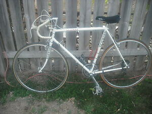 Vintage-SCHWINN-Le-Tour-WHITE-road-bike-12-SPEED-Mens-SHIMANO-WEINMANN-Chromoly