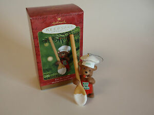 Hallmark-Keepsake-Ornament-2001-Kiss-the-Cook-Holiday-Bear-Spoon-Chef-Icing-IOB