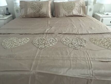 KING SIZE QUILT COVER AND MATCHING PILLOWS. - NEW
