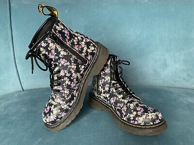 Doc Martens Girls Floral Print Black a signature chunky boot US 1/UK 13/EU 32 - Girls Black Doc Martens
