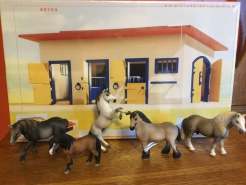 Schleich Horse Stable #40164 with 5 Horses