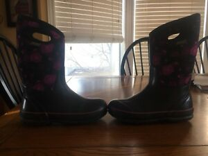 Girls Bogs size 5 paid $130