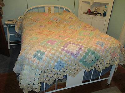 Vintage Yo Yo Quilt Beautiful Scalloped Pointed Finish pastel colors 75x100