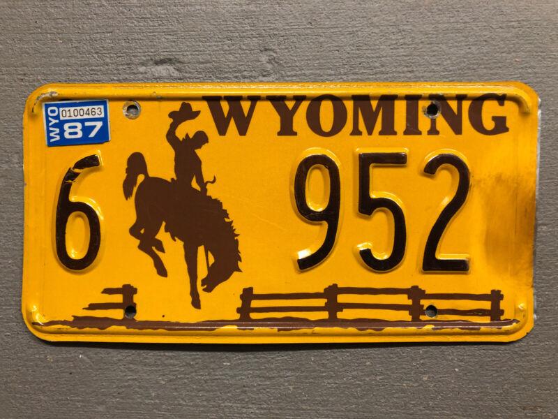 VINTAGE WYOMING LICENSE PLATE BUCKING BRONCO YELLOW/BROWN 6-952 1987 STICKER