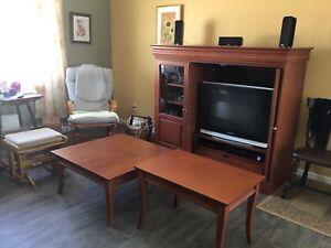 Ensemble meuble de télévision et 2 tables de salon.