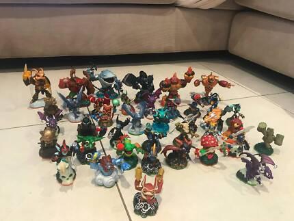 31 Skylanders, 6 giants and 2 accessories