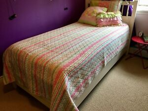 Reversible girl's quilt and pillows set