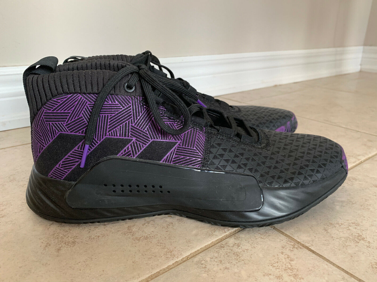 US size 11 adidas Marvel Black Panther Dame 5 Basketball BRAND NEW NEVER WORN