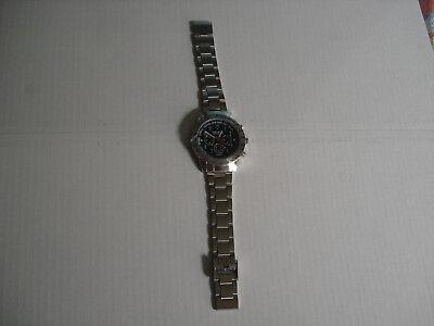 analoge Armbanduhr mit Metallarmband.neu