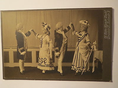 Dresden - 2 Männer & 2 Frauen im Kostüm beim Tanz - Kulisse / KAB