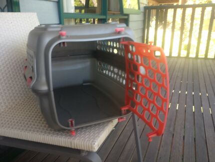 Enclosed cat carrier