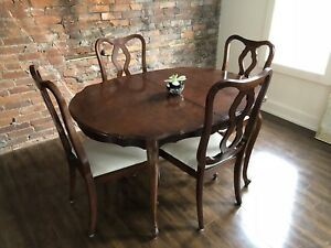 Classic dining room table + 4 chairs