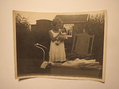 Mädchen mit Spielzeug Puppe im Garten - Kinderwagen - 1932 / Foto