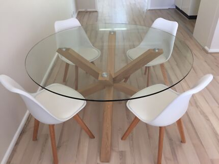 Dining table with x4 matching chairs in excellent condition