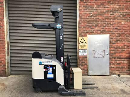 Crown RR5200 Reach Forklift