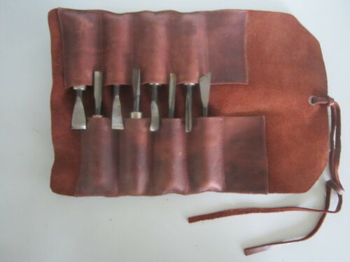 GOUGES  8 VINTAGE WOOD CARVING GOUGE CHISELS IN LEATHER  ROLL UP POUCH MARKED HD