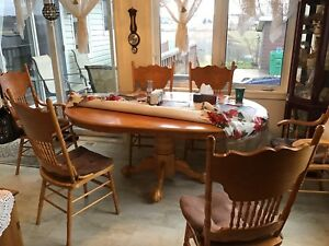 Beautiful solid oak table and 6 high back chairs