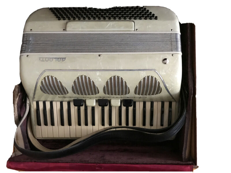 Galanti Accordion : 41 Key, 120 Bass, 5 Register, Musette Tuning