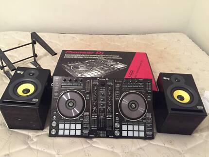 Pioneer DDJRR midi controller + Rekordbox DJ + KRK Rokits + stand