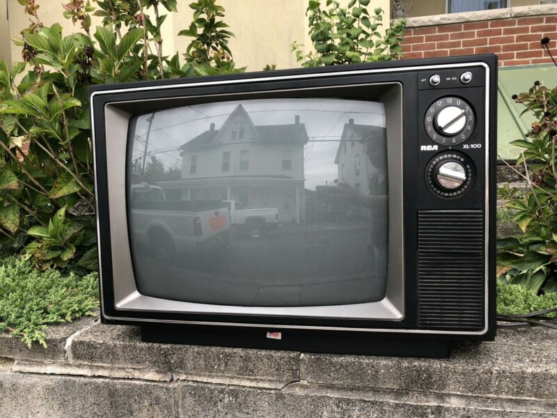 1987 Vintage RCA XL-100 Model FMR425W TV Turns On Faux Wood 80s