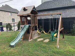 Aire de jeu extérieur. Outdoor swing set