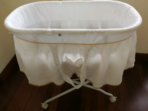 Bassinet, mattress, mattress protector and 2 x fitted sheets