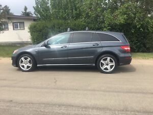 2011 Mercedes R350  LIKE NEW CONDITION