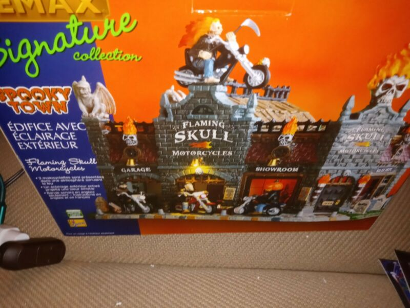 Lemax Spooky Town Flaming Skull Motorcycles Lighted Bldg #95829 Preown w Box