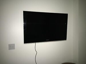 """Excellent condition 40"""" samsung tv with wall mount & remote"""