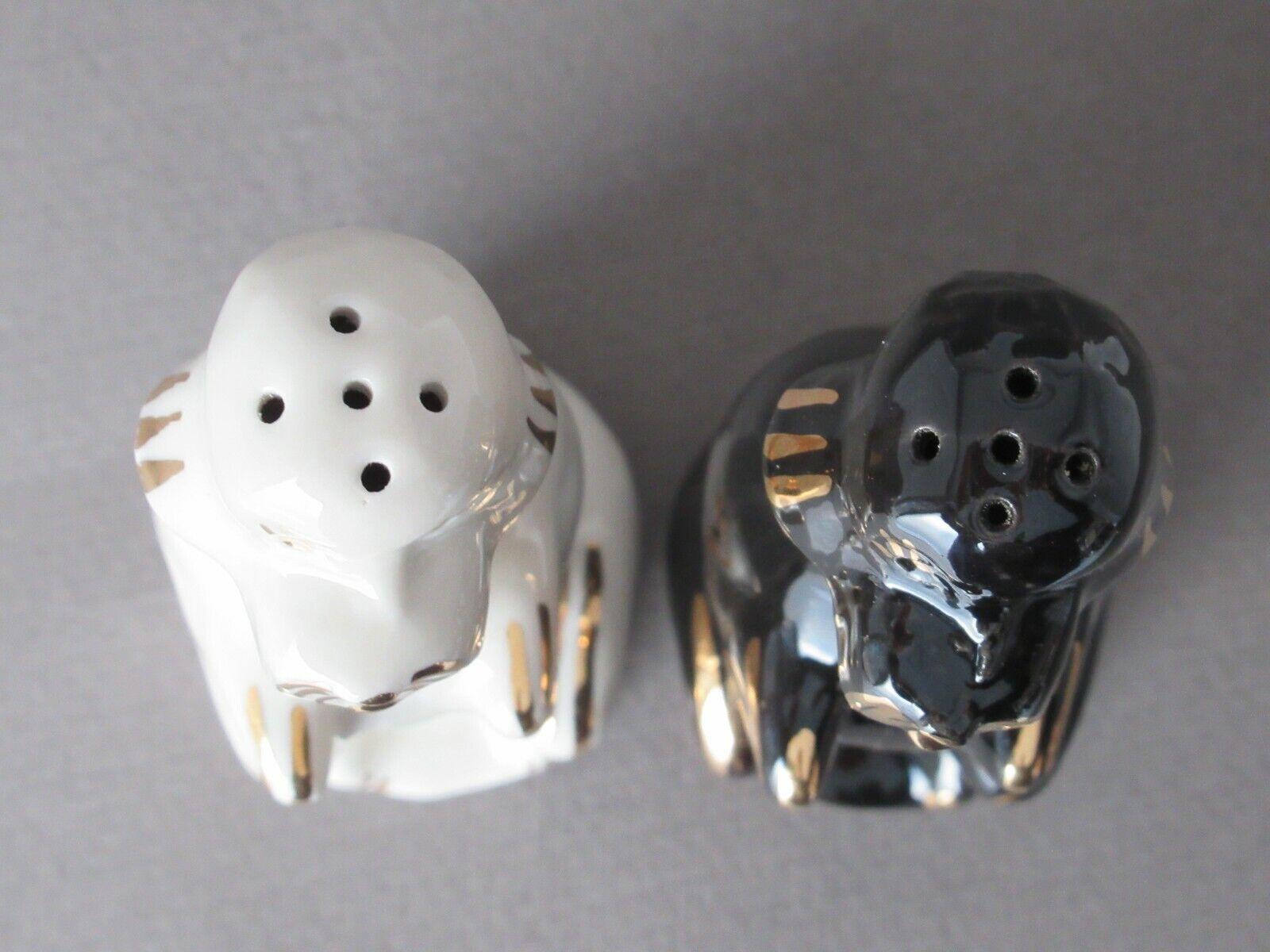 2 caniches noirs et blancs vintage , en porcelaine , salière et poivrière .