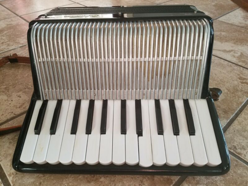 Classic VTG Silvertone Italian  Accordian in Original Case