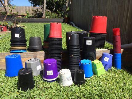 180 plastic garden pots assorted sizes