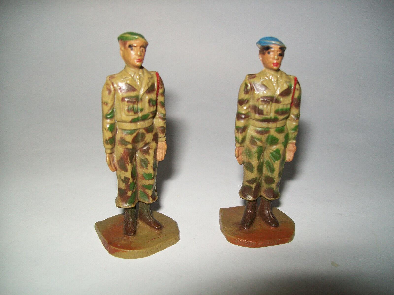 Figurines clairet - deux soldats africains au garde a vous - beret vert - bleu