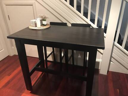 Bar table and 4 chairs with back rest: excellent condition.