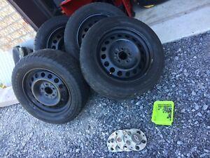 4 pneus d'été sur Rims et center caps