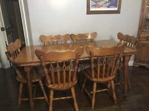 Kitchen table with 6 chair , great condition