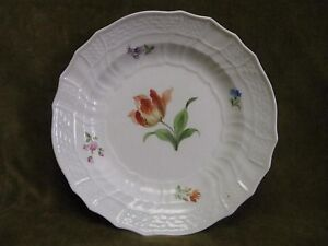 German porcelain meissen (crossed swords) soup dish (flowers) d 24,3cm - France - German porcelain Meissen (crossed swords mark) soup dish with fretted border decorated with flowers excellent condition (2 light spots to be indicated : photo4) height 4cm (1,57inch), diameter 24,3cm (9,56inch) other photos on request worldwide s - France