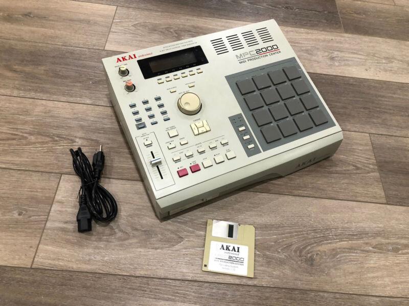 AKAI MPC 2000 rhythm sampler drum machine works good !! Read description