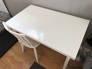 Petite table blanche IKEA