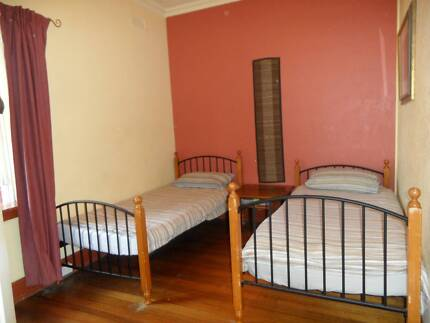 SINGLE BED in Twin Rm For TRAVELLER in 2BR FLAT - ST KILDA